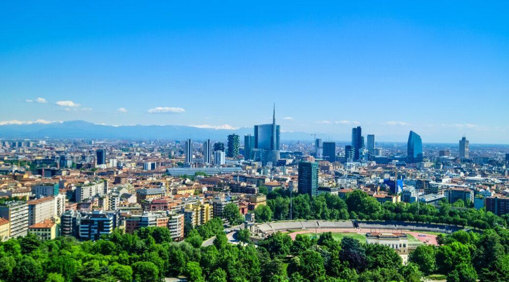 Italien oppefra med blå himmel