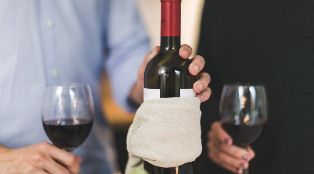 Mand skænker vin til dame