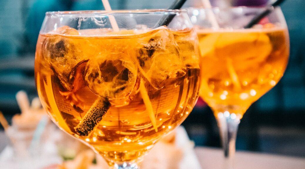 Italienske drinks står udenfor serveret med sugerør