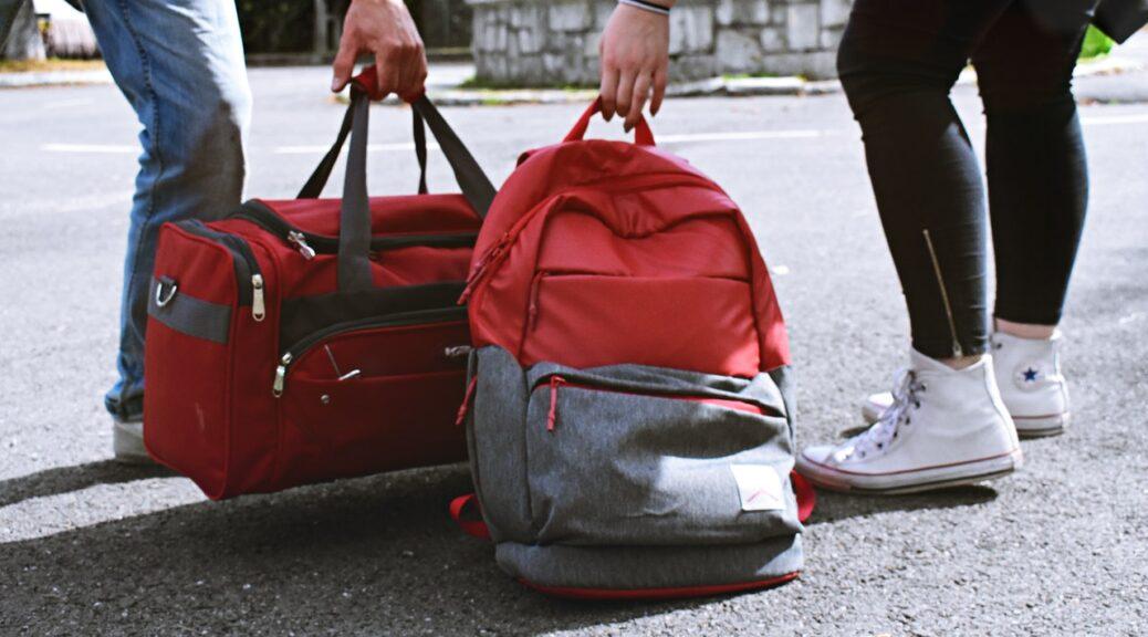 To personer der bærer to røde tasker
